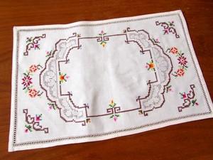 フランス・小花のクロスステッチ刺繍とドロンワークのテーブルマットd