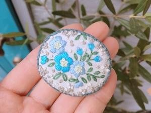 刺繍ブローチ(オーバル・Wブルー)