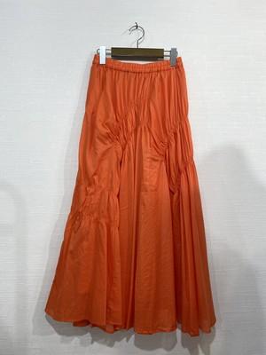シンプルコーデも華やかに!1枚主役のカラースカート