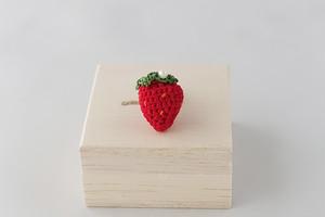 イチゴのピンブローチ