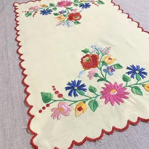 カラフルなフラワーモチーフのハンガリー刺繍