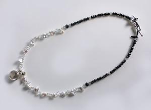水晶のペンダントトップ、芥子真珠とブラックスピネルのネックレス