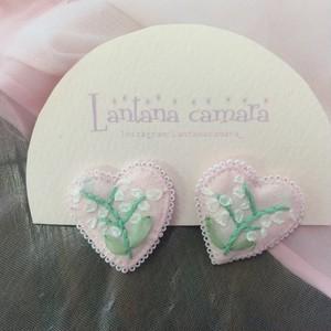 Lantana camara リボン刺繍のミニハート型イヤリング