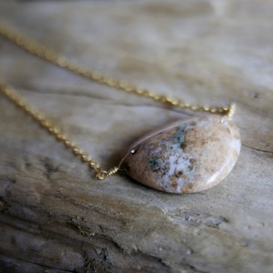 Nebula ベージュマーブルの石のネックレス