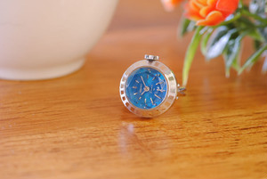 【ビンテージ時計】1977年7月製造 セイコー指輪時計夏を感じるブルーの文字盤とカットガラスの組み合わせがとても綺麗です。
