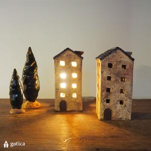 明かりの家®︎ 屋根に鳥の巣がある、路地裏のアパルトマン