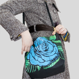 青い薔薇のショルダーバッグ
