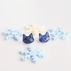 雪の結晶を閉じ込めた猫のシンプルピアス
