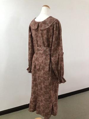 むら染め&小花プリント生地の大人スタイル。ウエストリボンがエレガントな後ろ姿と美シルエットを演出する、長袖のブラウスワンピース。 一点もの ミモレ ロング 裾フリル パフスリーブ ブラウン