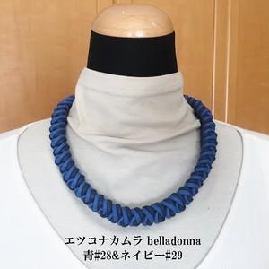 青とネイビーのマクラメ編みのチョーカーネック