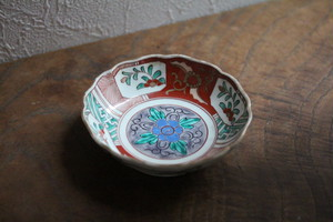 古伊万里 色絵花文の小ぶりの輪花深皿 Antique Japanese Imari Polychrome Small Bowl with Flowers Design 19th C