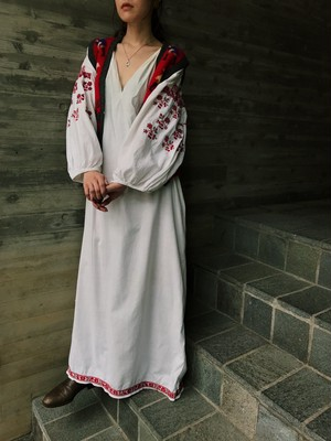 Vintage Ukraina red floral embroidery white maxi white cotton maxi dress ( ヴィンテージ ウクライナ レッド 花柄 刺繍 ホワイト コットン マキシ ワンピース )
