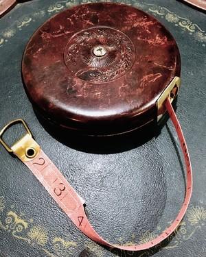 ヴィンテージ バーガンディと金色が美しいセンチ・インチ兼用メジャー centi/inch Double Measuring Tape