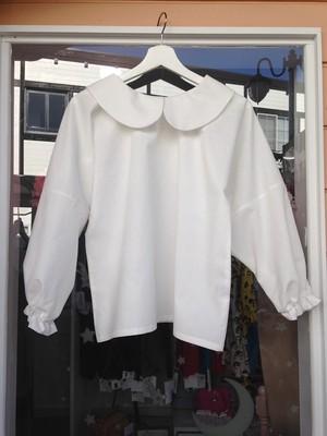 透明感と清潔感あふれる、ふっくら長そでのオフホワイト丸襟ブラウス。一点物