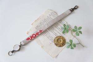 【バレンタインギフト】刺繍のリールストラップ・ベージュ×赤