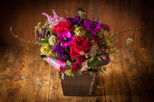 【花のプレゼント】フラワーアレンジメント(ダーシー)-ウッド花器-