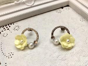 黄色の小花をパールとストーンと合わせて♡シルバーループのフラワーピアス