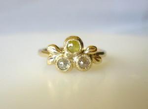 3つのダイヤと植物の指輪
