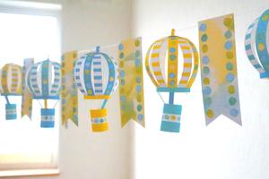 夏空に浮かぶ気球のガーランド