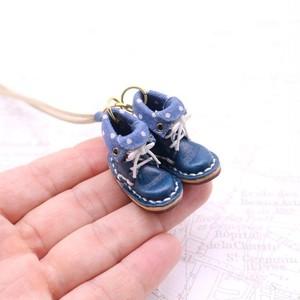 小さな革ブーツのネックレス|ネイビー裏地付