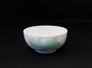 【井上萬二作】白磁緑釉椿彫文鉢