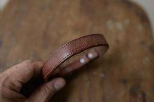 軽くてシンプルな革の小型犬用首輪