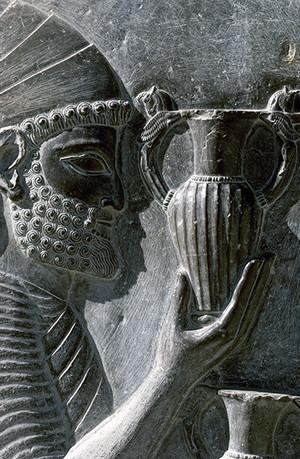ペルセポリス遺跡  両手で壷をささげ持つ朝貢者