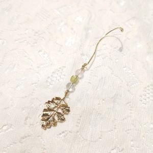 天然石 イヤーカフ 耳に引っ掻けると葉っぱが耳の後ろに揺れます。2種
