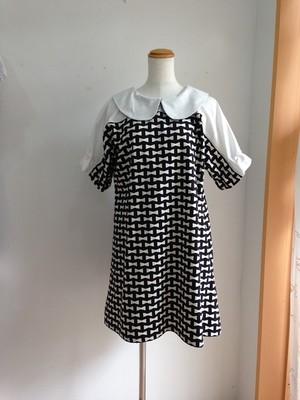 リボンプリントのかわいい五分袖Aライン丸襟ワンピース(黒地にオフ白)。一点物