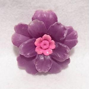 紫のプラスティック製フラワーブローチ  ヴィンテージアクセサリーのセール通販 5804B