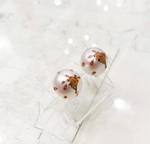 南洋真珠に色蒔絵で桜を描いたイヤリング
