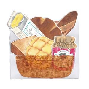 パン屋さんでお買い物するカード バスケット(封筒)と美味しいパン詰め合わせ