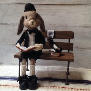本を読むウサギの男の子