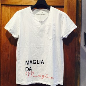 """当店不動の人気No. 1Tシャツ!!問い合わせ殺到の""""maglia Tシャツ""""はお早めに!! MAGLIA (マリア) Vネック Tシャツ """"MOGLIE"""" イタリア 白 white ユニセックス ポケット付き シンプル"""