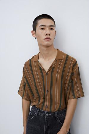 ニットストライプシャツ半袖開襟タイプ。大人カジュアルコーデおすすめ