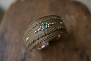 緑のシボの入った革を使った幅広のイタグレ首輪