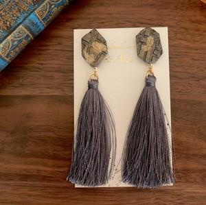 型押しクレイと絹糸タッセルピアス(グレー)