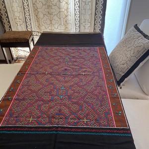シピボ族刺繍大判 26 ピンク 泥染めとフリーハンドの手刺繍 先住民族の工芸布 天然素材 タペストリー