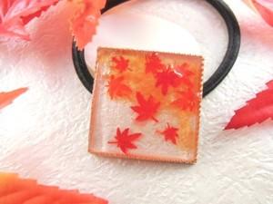 色づいた紅葉が舞う深まる秋のヘアゴム(スクエア)