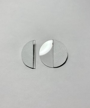 Leather and acrylic earrings/ white