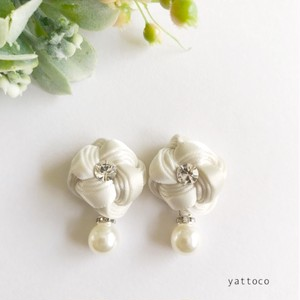 【送料無料】リボンのお花ピアス/イヤリング(ホワイト)