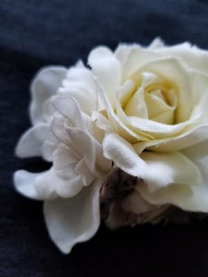 オフホワイトの気品 浮かない白のコサージュ68110