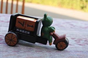 木彫りの動物 三輪車 カレンダー カエル