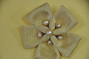 帯桜おび 淡水パールを 金に近く染めた豪華 コサージュ直径約 8センチ
