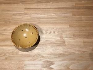 《作家名・KOZUE》 黄瀬戸・ドット三つ足小鉢