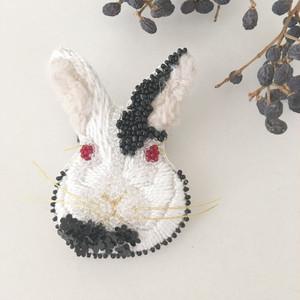 受注生産】《Mサイズ》Rabbit black flower 刺繍ブローチ