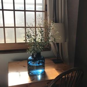 青いガラスの大きな花瓶