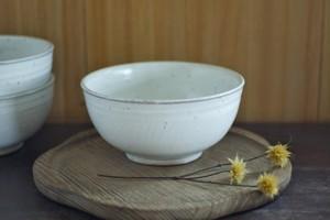 白い陶器のどんぶり