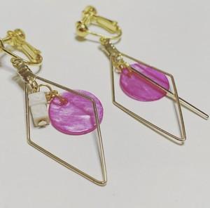 ピンクのシェルプレートとリバーストーンのイヤリング♡