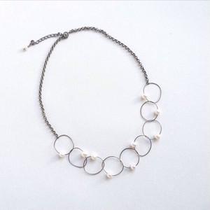 ヴィオラ弦のパールチェーンネックレス  Viola string hoop short necklace with pearls